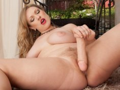 Gorgeous curvy milf squirts her hairy cunt
